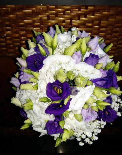 Buchet nunta rotund cu eustoma alb, lila si mov, gypsophila, verdeata