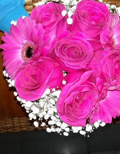 Buchet nunta rotund cu trandafiri cyclam, gerbera cyclam si gypsophila